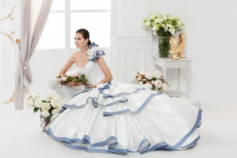 abito da sposa bianco e blu
