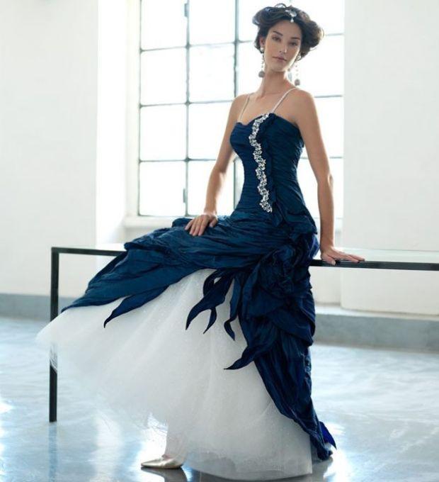 abito da sposa blu e bianco