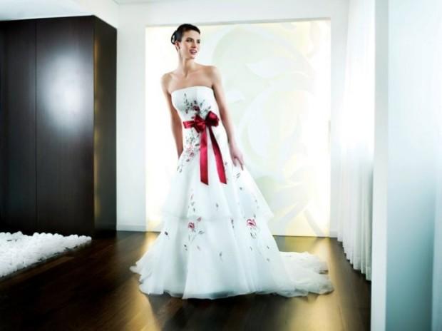 abito da sposa con fiori rossi