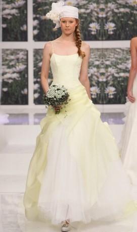 abito da sposa giallino e bianco