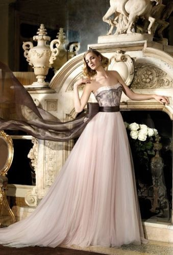 abito da sposa rosa con pizzo nero