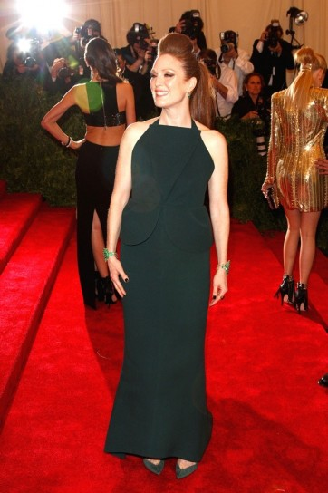 julianne-moore-in-balenciaga met gala 2013