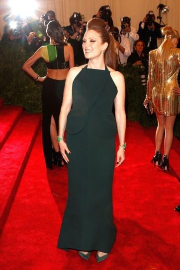 julianne-moore-in-balenciaga met gala 2013