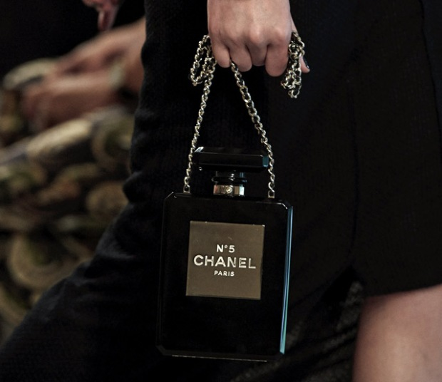 Chanel-No.-5-Perfume-Bottle-Clutch nera
