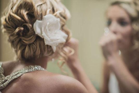 capelli sposa chignon con fiore