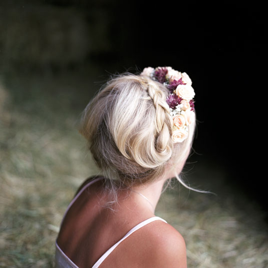 sposa treccia con corona di fiori