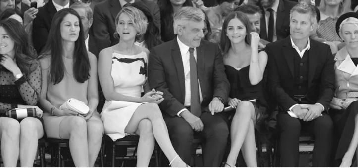 Jennifer Lawrence e Emma Watson sentadas ao lado de Sidney Toledano dior