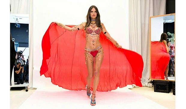 alessandra ambrosio vicotria's secret fashion show 2014