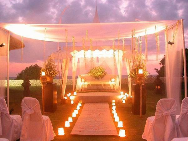 altare illuminato per matrimonio di sera
