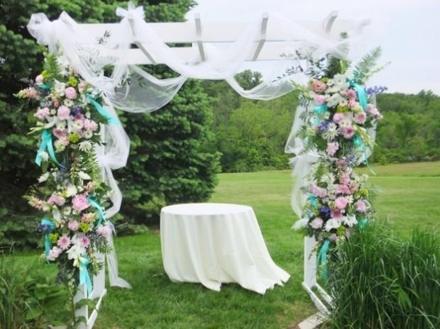 altare matrimonio all'aperto arco di fiori