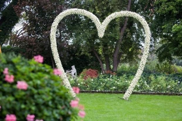 altare matrimonio cuore di rose bianche