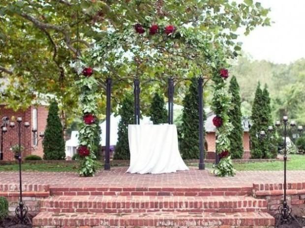 altare matrimonio di rose