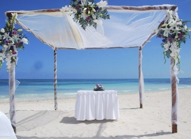 altare matrimonio in spiaggia con tulle e fiori