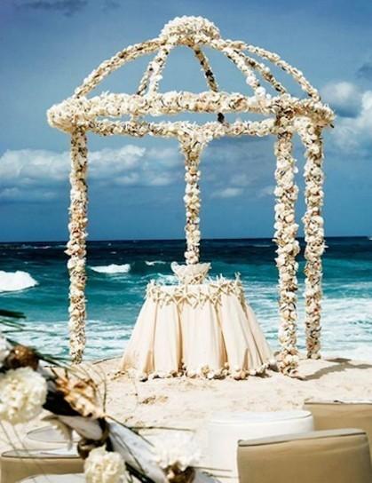 altare matrimonio rivestito di fiori