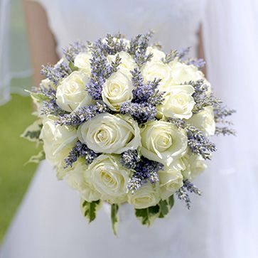 sposa bouquet rose bianche e lavanda